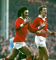 Fotball<br /> Foto: Colorsport/Digitalsport<br /> NORWAY ONLY<br /> <br /> Georg Best - døde i dag 25.11.2005<br /> <br /> George Best and Alan Gowling (Man.U) celebrate.    Manchester City 3-3 Manchester United, at Maine Road, 6/11/1971