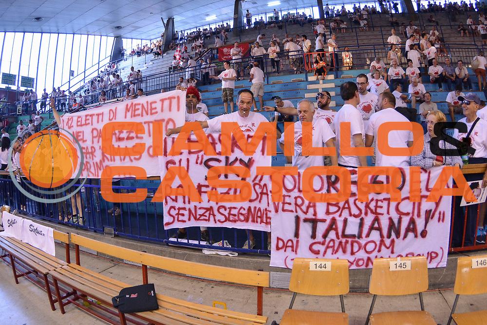 DESCRIZIONE : Campionato 2014/15 Serie A Beko Grissin Bon Reggio Emilia - Dinamo Banco di Sardegna Sassari Finale Playoff Gara7 Scudetto<br /> GIOCATORE : Tifosi Rggio Emilia Striscione<br /> CATEGORIA : Tifosi Pubblico Spettatori Striscione<br /> SQUADRA : Grissin Bon Reggio Emilia<br /> EVENTO : LegaBasket Serie A Beko 2014/2015<br /> GARA : Grissin Bon Reggio Emilia - Dinamo Banco di Sardegna Sassari Finale Playoff Gara7 Scudetto<br /> DATA : 26/06/2015<br /> SPORT : Pallacanestro <br /> AUTORE : Agenzia Ciamillo-Castoria/L.Canu