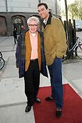 Premiere van De Fantasticks in het Transformatorhuis op het Westergasterrein in Amsterdam.<br /> <br /> Op de foto:<br /> <br />  Jacques d'Ancona en partner