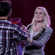 NLD/Amsterdam/20100415 - Uitreiking 3FM Awards 2010, Jasper Schuringa reikt prijs uit beste popartiest pop uit aan Ilse de Lange