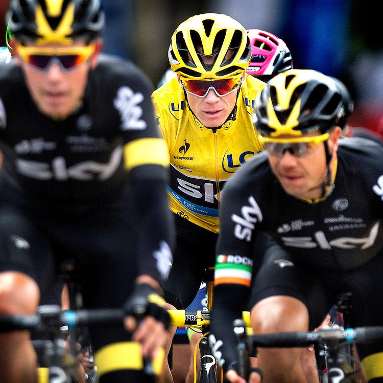Frankrijk, Paris, 26-07-2015.<br /> Wielrennen, Tour de France.<br /> Etappe van Sevres naar Paris<br /> Chris Froome achter zijn ploeggenoten van Sky op de Champs-Elysees.<br /> Foto: Klaas Jan van der Weij