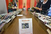 Nederland, Nijmegen, 16-3-2013Veel bibliotheken worden met sluiting bedreigd vanwege gemeentelijk bezuinigingen, die weer een gevolg zijn van kortingen door de regering. Hier de wijkbibliotheek in het wijkcentrum van de wijk Hatert.Oerbodige boeken worden verkocht.Foto: Flip Franssen/Hollandse Hoogte
