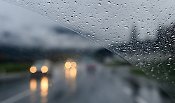 THEMENBILD - Regentropfen und Lichter des Gegenverkehrs, fotografiert durch die Windschutzscheibe eines PKWs, aufgenommen am 19. Oktober 2015, B 311, Saalfelden, Österreich // Raindrops and lights of oncoming traffic, photographed through the windshield of a car, Saalfelden, Austria on 2015/10/19. EXPA Pictures © 2015, PhotoCredit: EXPA/ JFK