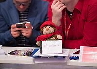 DEU, Deutschland, Germany, Berlin, 07.12.2017: Publikum, Delegierte, Stofftier mit Aufschrift, No Groko, Keine grosse Koalition, beim Bundesparteitag der SPD im CityCube.