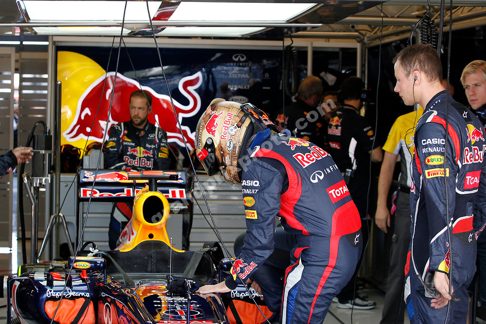 Sebastian Vettel gets into his Red Bull-Renault before the 2012 United States Grand Prix at the Circuit of the Americas in Austin. To the right is mechanic Ole Schack. Photo: Grand Prix Photo