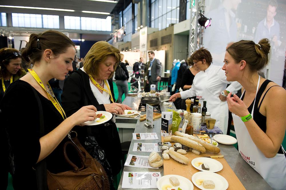 Nederland, Amsterdam, 7 jan 2013.De Horecava is vandaag weer van start gegaan. Vakbeurs voor iedereen die wat met de horeca te maken heeft. Er is vooral veel belangstelling voor eten en drinken, speciaal als er iets te proeven valt..Bij de themahal PUUR wordt voornamelijk biologisch en duurzaam geproduceerd voedsel getoond. Hier worden hapjes van biologische topinamboer of aardpeer gemaakt..Foto(c): Michiel Wijnbergh
