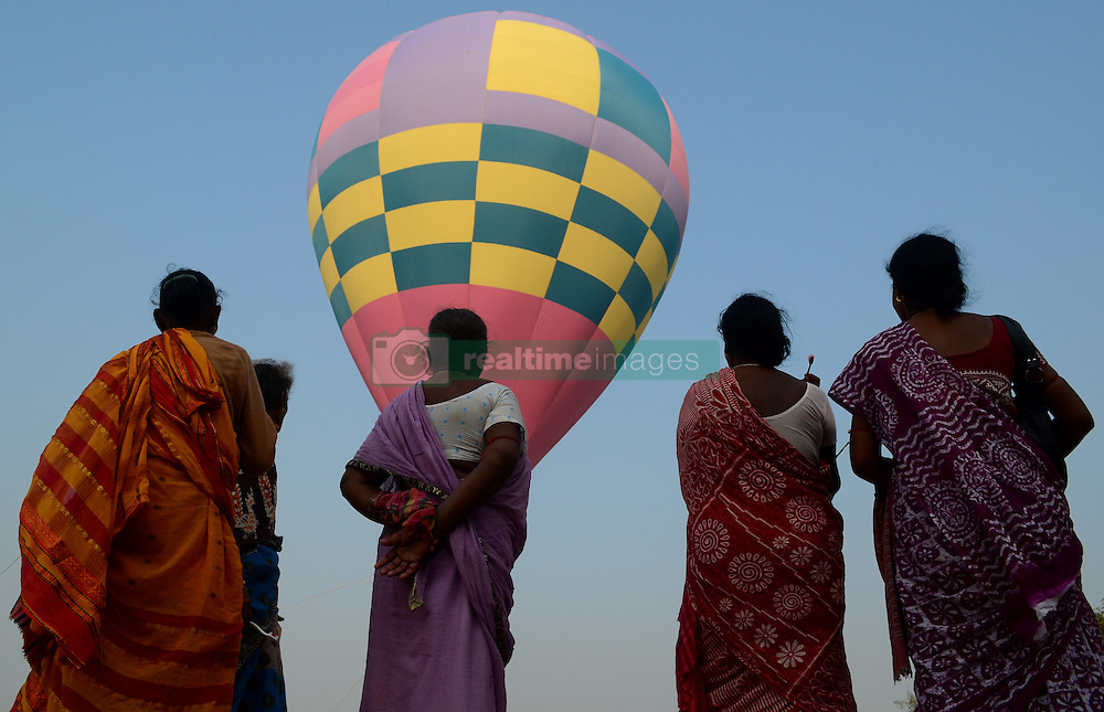 October 17, 2016 - Allahabad, India - Indian pilgrims,who visit for Holy dip, looks on  hot air balloon ,on the banks of holy Sangam,the confluence of Ganges River,Yamuna river and Mythological Saraswati river, in Allahabad on October 17,2016. The State Government and Administrative officials conduct an awareness initiative  for Electors parternership programme ahead of state assembly elections in Uttar Pradesh. (Credit Image: © Ritesh Shukla/NurPhoto via ZUMA Press)