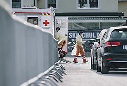 26.03.2020, Zell am See, AUT, Coronavirus in Österreich, PCR Test, im Bild Mitarbeiter des Roten Kreuzes nehmen einen Abstrich bei Personen mit Erkrankungsverdacht in der Coronavirus Drive In Teststation in Schüttdorf // Red Cross employees take a smear test in suspicious cases at the Coronavirus Drive In test station in Schuettdorf, Zell am See, Austria on 2020/03/26. EXPA Pictures © 2020, PhotoCredit: EXPA/ JFK