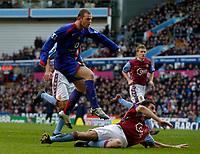 Photo: Glyn Thomas.<br />Aston Villa v Manchester United. The Barclays Premiership.<br />17/12/2005.<br />Manchester United's Wayne Rooney (L) scores his side's second goal.