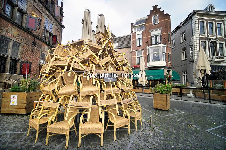 Nederland, Nijmegen, 14-12-2020 In de stad is het stil en leeg vanwege de verscherpte coronamaatregelen die de horeca op slot hebben gedaan . Toch gaat het over in een complete lockdown omdat het virus nog niet ver genoeg is teruggedrongen.Foto: ANP/ Hollandse Hoogte/ Flip Franssen