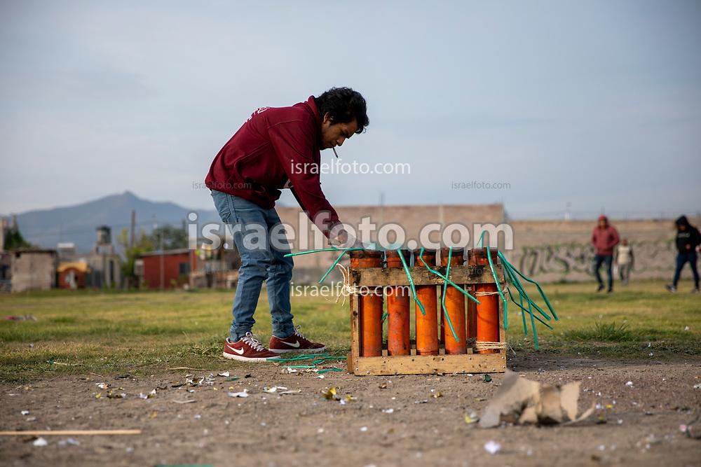 02 junio 2021, Tultepec, Estado de México. Un pirotécnico prepara el lanzamiento de bombas pirotécnicas para celebrar a san Juan de Dios.
