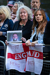 © Licensed to London News Pictures. 27/09/2018. London, UK. Supporters of far-right political activist Tommy Robinson. Robinson, real name Stephen Yaxley-Lennon appears today at The Old Bailey to face a rehearing of contempt of court charges, following a successful appeal. Photo credit : Tom Nicholson/LNP