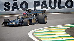 O ex-piloto brasileiro Emerson Fittipaldi, duas vezes campeão mundial de F1 (1972/1974), acelera de seu Lotus modelo 72 antes do Grand Prix do Brasil, em Interlagos São Paulo, em 7 de novembro, 2010. Fittipaldi comemora o 40 º aniversário da sua primeira vitória na F1, obtido em Watkins Glen International. FOTO: Jefferson Bernardes/Preview.com