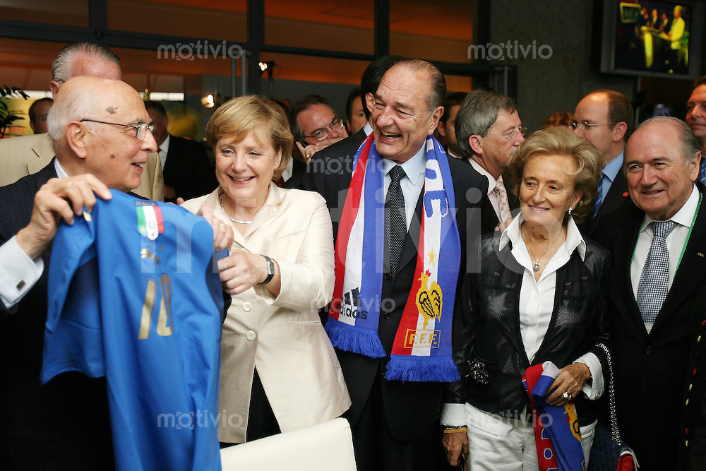 Fussball WM 2006       Finale       Italien - Frankreich Giorgio NAPOLITANO (Staatspraesident Italien), Angela MERKEL (Bundeskanzlerin), Jacques CHIRAC (Staatspraesident Frankreich), Begleitung von Chirac und Fifa Praesident Joseph BLATTER (v.l.)