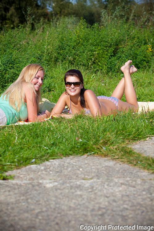 zomerbeeld voor editie antwerpen-zuid-Zonnekloppers aan de brug in Emblem-Nathalie Degeest en Steffi Mylemans