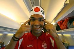 """O capitão do S.C. Internacional, Fernandão brinca """"de japonês"""" dentro vo voo que trouxe a equipe campeã do Mundial de Clubes da FIFA 2006 de volta para o Brasil. FOTO: Jefferson Bernardes/Preview.com"""
