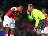 Fotball<br /> 21.11.2006<br /> Foto: Witters/Digitalsport<br /> NORWAY ONLY<br /> <br /> v.l. Thierry Henry zeigt Schiedrichter Claus Bo Larsen was.<br /> Champions League FC Arsenal London - Hamburger SV 3:1