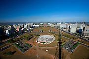 Brasilia_DF, Brasil..O Eixo Monumental eh uma area aberta no centro de Brasilia onde situa-se a Esplanada dos Ministerios. O gramado retangular da area eh cercado por duas amplas pistas, que formam a principal avenida da cidade... The Monumental Axis (Eixo Monumental in Portuguese) is a central avenue in Brasilias city design. The rectangular lawn area is surrounded by two eight-lane wide avenues where many important government buildings, monuments and memorials are located.....Foto: JOAO MARCOS ROSA / NITRO