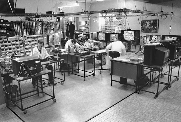 Nederland, 20-9-1988Een servicepunt van Blaupunkt.In deze werkplaats worden televisies en andere audio apparatuur van dit verdwenen duitse merk gerepareerd.Foto: Flip Franssen/Hollandse Hoogte