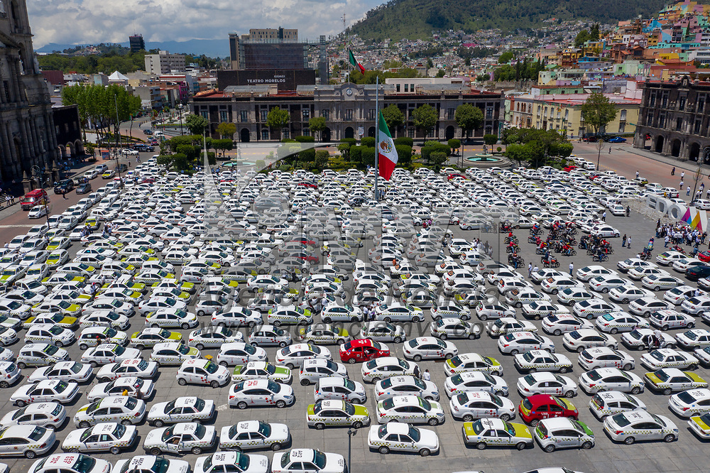 Toluca, México.- Taxistas del Valle de Toluca protestan en la plaza de los Martires en contra de los operativos que ha realizado la Secretaria de Movilidad para regularizarlos. Agencia MVT / Mario Vázquez de la Torre.
