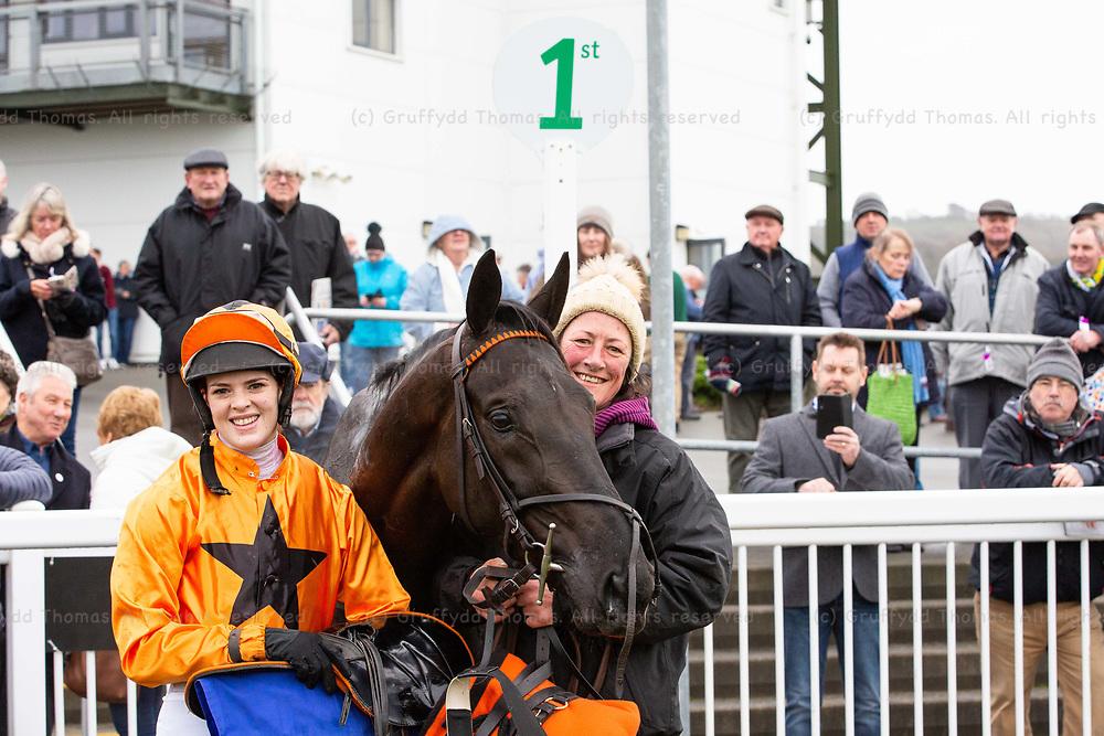 Ffos Las Racecourse, Trimsaran, Wales, UK. Monday 17 December 2018. Lizzie Kelly with Monsieur Lecoq, winner of the Mansionbet Maiden Hurdle (Race 2)