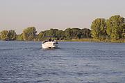 Nederland, Batenburg, 16-10-2016Rivier de Maas . Een motorsloep vaart op het waterFoto: Flip Franssen