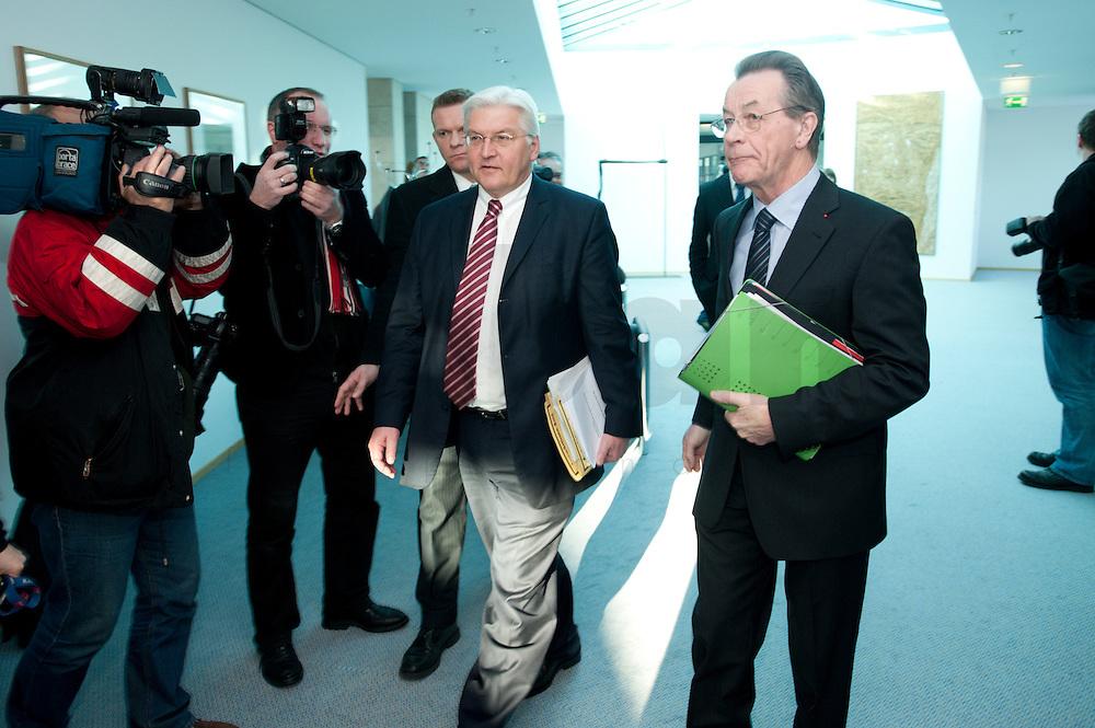 05 JAN 2009, BERLIN/GERMANY:<br /> Frank-Walter Steinmeier, SPD, Bundesaussenminister, und Franz Muentefering, SPD Parteivorsitzender, auf dem Weg zur Sitzung der SPD -Koordinierungsrunde-Bund-Laender-Komunen, Willy-Brandt-Haus<br /> IMAGE: 20090105-01-001<br /> KEYWORDS: Franz Müntefering