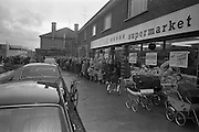 15/02/1963<br /> 02/15/1963<br /> 15 February 1963<br /> Opening of new 5 Star Supermarket at St Agnes Road in Crumlin, Dublin. Picture shows: the queue stretching back down the street with a Garda on the left to keep the traffic moving.