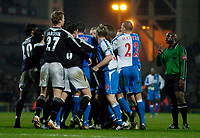 Fotball<br /> England 2004/2005<br /> Foto: SBI/Digitalsport<br /> NORWAY ONLY<br /> <br /> Blackburn Rovers v Chelsea, Barclays Premiership, 02/02/2005.<br /> Referee Uriah Rennie (R) wisely stays out of the way of a bad tempered contest.