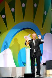 O técnico da Espanha, Vicente del Bosque entrega a taça durante cerimônia do sorteio dos grupos da Copa de 2014, na Costa do Sauípe, Bahia. FOTO: Jefferson Bernardes/ Agência Preview