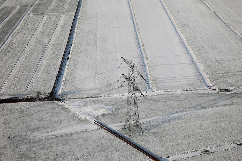 Nederland, Noord-Holland, Abcoude, 07-01-2010; hoogspanninsgmast in de sneeuw ten zuiden van Abcoude, Polder Baambrugge-Oostzijds. Aan de voet van de mast  zandpersleidingen (transport zand voor verbreding A2)..electricity pylon in the snow south of Abcoude, Polder-Baambrugge Oostzijds. At the foot of the mast sand discharge pipes (transport of sand for broadening A2 motorway).luchtfoto (toeslag), aerial photo (additional fee required).foto/photo Siebe Swart