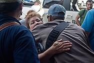 Una civile accoglie un suo parente dell'autodifesa.