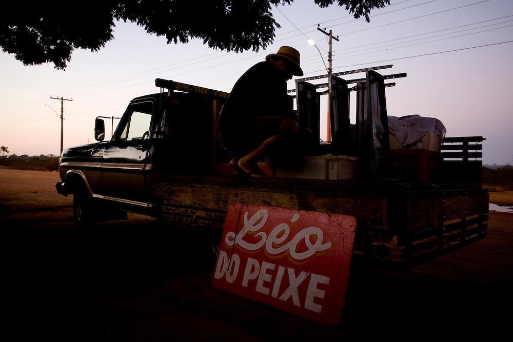 Pirapora _ MG, 22 de Junho de 2008..Revista Globo Rural...Projeto Generosidade - Leo do Peixe...Na foto, Leo se preparando para ir a feira vender peixes e emprestar livros....Foto: LEO DRUMOND / AGENCIA NITRO