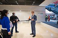 """DEU, Deutschland, Germany, Berlin, 30.10.2020: Feierliche Enthüllung der Willy-Brandt-Wand im Flughafen Berlin Brandenburg """"Willy Brandt"""", BER, Terminal 1. Engelbert Lütke Daldrup, Vorsitzender der Geschäftsführung BER, bei einem Interview mit dem ZDF."""