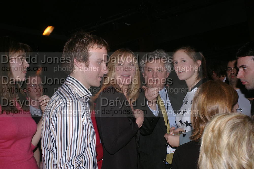 Kim Cattrall and journalists . Whose Life is it Anyway? opening night performance at Comedy Theatre, Panton Street followed by Party at Mint Leaf. London. 26 January 2005. ONE TIME USE ONLY - DO NOT ARCHIVE  © Copyright Photograph by Dafydd Jones 66 Stockwell Park Rd. London SW9 0DA Tel 020 7733 0108 www.dafjones.com