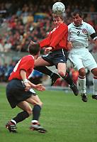Ole Gunnar Solskjær, Norge, i hodeduell. Norge - Armenia 1-1. Herrelandslaget 2000. VM-kvalifisering 2002. 2. september 2000. (Foto: Peter Tubaas/Fortuna Media)