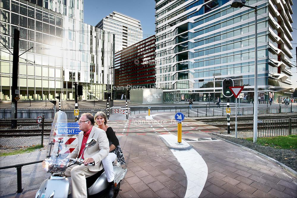 Nederland, Amsterdam , 29 september 2011..Een geslaagde aangelegde voetgangers, fiets, brommerpad over het spoor van lijn 51 bij Debussylaan. Voorheen was het een gevaarlijke verkeerssituatie waar het verkeer kris kras over de metrolijn stak..De Dienst Infrastructuur Verkeer en Vervoer heeft hier voor gezorgd..DIVV geeft de bereikbaarheid in en om Amsterdam op een aantrekkelijke, veilige en efficiënte manier gestalte. Dat vraagt, in een stad met zo'n 750.000 inwoners en miljoenen bezoekers per jaar, om een doordachte aanpak..Foto:Jean-Pierre Jans