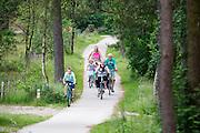 In Soest rijdt een familie op de fiets.<br /> <br /> In Soest a family is cycling.