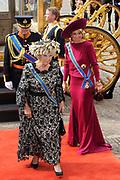 """Aankomst koninklijke familie in de gouden koets bij de Ridderzaal op Prinsjesdag 2012. /// Arrival royal family in the golden coach at the Riddrerzaal on """"Prinsjesdag""""in The Hague<br /> <br /> Op de foto / On the photo:<br />  Koningin Beatrix, kroonprins Willem-Alexander en prinses Máxima stappen uit de gouden koets"""