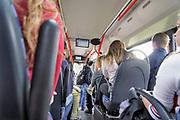 Nederland, Malden, 4-10-2018Passagiers, vooral jongeren, scholieren die van school naar huis gaan, in een bus van vervoerder arriva .Foto: Flip Franssen