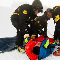 Pisteurs-secouristes au quotidien<br /> <br /> Chaque matin, ils ouvrent les pistes du domaine, mettent en place les équipements de prévention, prennent la météo... tâches répétitives, un peu ingrates mais nécessaires au bon fonctionnement de la station. Chaque jour, quelques soient les conditions météo, ils patrouillent ou s'entraînent, pour être prêts, toujours.<br /> <br /> Prêts à réaliser des gestes de premiers secours, à conditionner puis évacuer des blessés, à rechercher des victimes d'avalanches... Prêts à faire leur travail de pisteurs-secouristes dans ce vaste espace de liberté et de dangers qu'est la montagne. Et chaque année, sur la seule zone de Chamrousse, en plus des milliers d'accidents évités grâce à leurs actions ou leurs conseils de prudence, ce n'est pas moins de 600 personnes dans la détresse qui se tournent vers eux pour être secourues rapidement, que ce soit depuis le domaine skiable ou l'une des nombreuses zones de hors-pistes qui l'avoisinent.