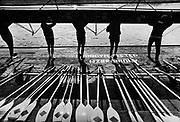 Kajakarze z krakowskiego klubu Nadwiślan przygotowujący się do treningu na rzece Wiśle. Kraków, początek lat 80. XX wieku.