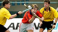 WK Hockey. Nederland-Belgie (5-1). Rob Derikx (m) wordt belaagt door de Belg  Xavier Charles Letier. rechts Xavier Brooke.