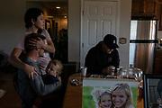 Parte de la familia LeBarón, este miércoles, en la casa de Rhonita Miller, en el Rancho de la Mora, en Chihuahua. Un grupo armado atacó a miembros de la familia de Julián LeBarón, un conocido líder mormón y activista social, en una carretera entre los Estados de Chihuahua y Sonora, al norte de México. Seis niños y tres mujeres de origen estadounidense fueron asesinadas en este hecho. Fotografo César Rodríguez/El Pais.
