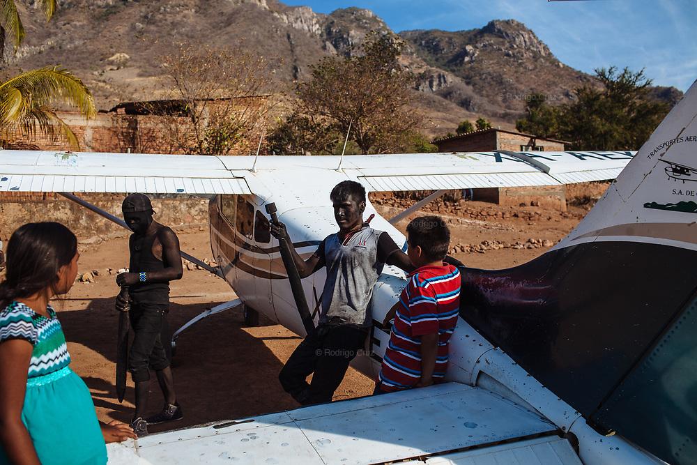 Judíos descansan después de realizar sus actividades en Huaynamota. Los peregrinos llegan a Huaynamota a pie, motos, carros, lanchas y avionetas.