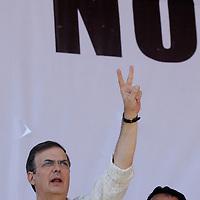 """TOLUCA, México.- Marcelo Ebrard, Jefe de Gobierno del Distrito Federal acudió a la protesta contra la llamada """"Ley Peña"""", y aseguró que este día comenzó el inicio del fin del poder priista en el Estado de México, ante miles de personas militantes del PRD y del Partido Convergencia, y que los aspirantes a la gubernatura son hasta el momento 17 nombres los que se manejan pero que será por medio de una encuesta como se decida al candidato. Agencia MVT / Crisanta Espinosa. (DIGITAL)"""