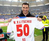 Fotball<br /> Tyskland<br /> 14.05.2011<br /> Foto: Witters/Digitalsport<br /> NORWAY ONLY<br /> <br /> Wladimir Klitschko mit dem Trikot '50 ko'<br /> Bundesliga, Hamburger SV - Borussia Mönchengladbach 1:1