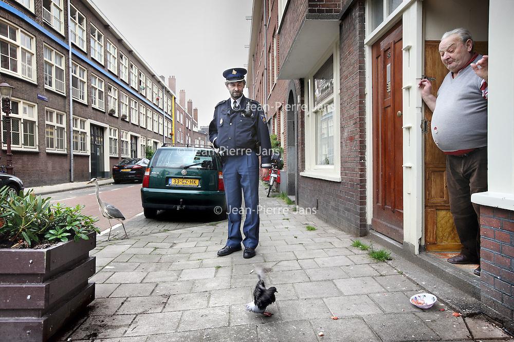 Nederland, Amsterdam , 1 juni 2010..Buurtregisseur Jan Okx van de Bellamybuurt in Oud West maakt een rondje in de buurt.Foto:Jean-Pierre Jans