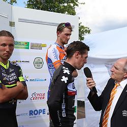 13-08-2017: Wielrennen: Hel van Voerendaal: Voerendaal<br /> Mike Terpstra heeft de Hel van Voerendaal op zijn naam gebracht, de eerste finalewedstrijd van de clubcompetitie. Deel twee vindt volgende maand plaats in Ureterp.<br /> Terpstra (WP Groot-Amsterdam) kreeg in de Limburgse wedstrijd op het podium gezelschap van Wim Kleiman van Kanjers voor Kanjers en Bart Dielissen.<br /> De drie maakten deel uit van een kopgroep die aanvankelijk zestien renners groot was. Dielissen en Kleiman probeerden de laatst overgebleven tegenstanders in de finale af te schudden, maar dat was buiten Terpstra gerekend, die erop en erover naar de zege reed.