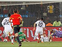 Fotball<br /> VM 2010<br /> USA v Algerie<br /> 23.06.2010<br /> Foto: Gepa/Digitalsport<br /> NORWAY ONLY<br /> <br /> Bild zeigt Benny Feilhaber (USA), Madjid Bougherra (ALG), Landon Donovan, Steve Cherundolo (USA) und Rais Bolhi (ALG).